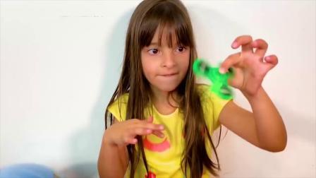 国外儿童时尚,小萝莉分享超大儿童玩具奇趣蛋,里面是什么呢?