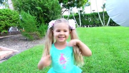 国外儿童时尚,小萝莉发现小白马和玩具娃娃,她一定很开心