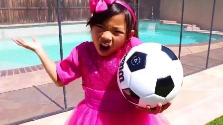 国外儿童时尚,小萝莉家人们户外趣味踢足球,有趣极了