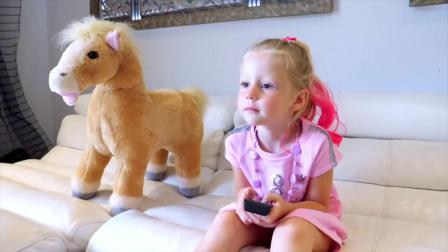 国外儿童时尚,小萝莉拿起魔法彩笔给喜欢的玩具涂颜色