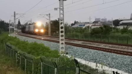 20200729 200701 阳安线HXD2货列出汉中站,中间挂保温(冷藏)车