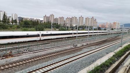 20200816 135940 西成高铁G1976次列车晚点26分钟进汉中站,同向阳安线客车FZ390次列车进汉中站(因宝成线暴雨)
