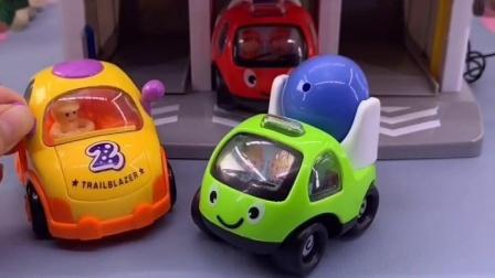 小车们下班了,可回车库后发现小黄进错了车库