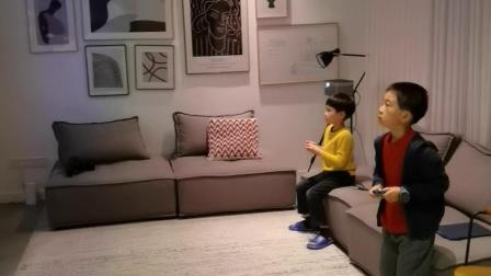 李睿哲和小朋友毛豆在家玩游戏
