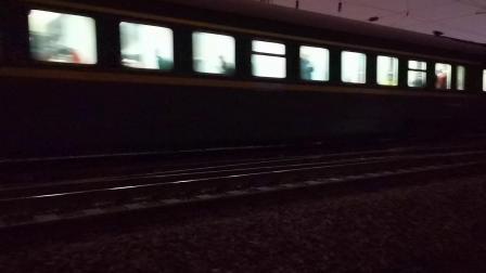 20200930 204534 陇海线DF7C牵引Z254次车底与Z166次列车同向进西安站,对面停K8161次车底