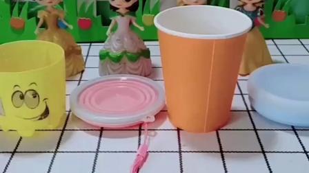 白雪和贝尔的水杯都很漂亮,你更喜欢谁的水杯呢?