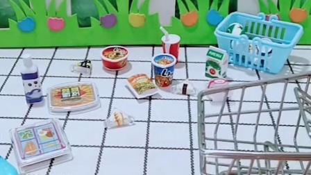 乔治推着小车去购物,好棒呀!