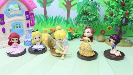 白雪说贝儿吃了自己的苹果,贝儿说白雪把自己的衣服弄脏了,她们两个闹矛盾了