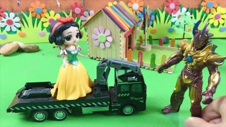 怪兽想玩白雪的车子,奥特曼来赶跑了怪兽,奥特曼真好!