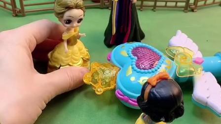 王后用魔法棒施法,贝尔为了报仇,把白雪变成小鸭子!