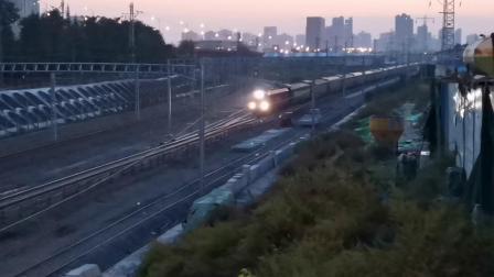 20201017 182648 陇海铁路客车K420次列车出西安站,下行变双黄灯