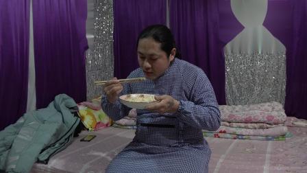 朱坤晚上吃炒面