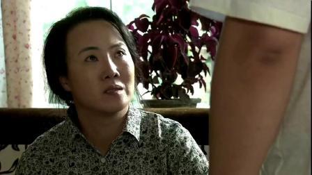 乡村:刘能背着老伴,送谢大脚《离婚指南》,老伴嘲讽他:献媚呢