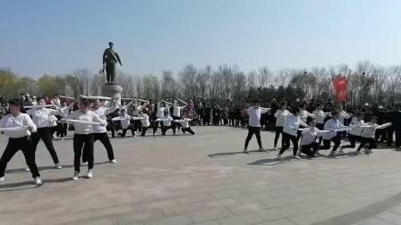 """""""我们的节日——'庆祝中国共产党建党100周年'系列活动""""之清明踏青广场舞联谊会振安区城乡体育健身舞蹈联合协会舞蹈《咱们工人有力量+我们走在大路上》片段"""