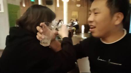 喝酒游戏中,同事输了与邻桌女生喝交杯酒