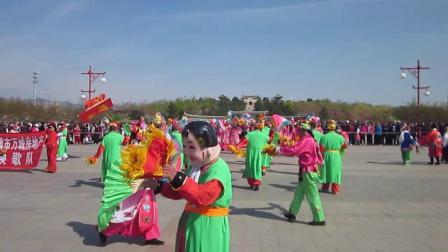 北镇市秧歌舞蹈协会梨花节汇演《北镇万城地产秧歌队》2制作-东明2021.4.25