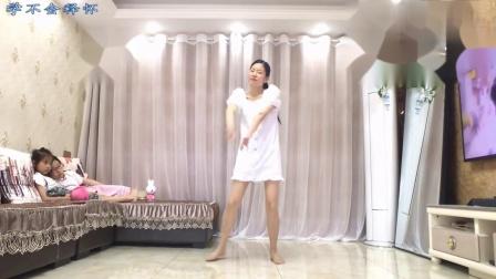 美女闲的没事 宅在家里跳的广场舞