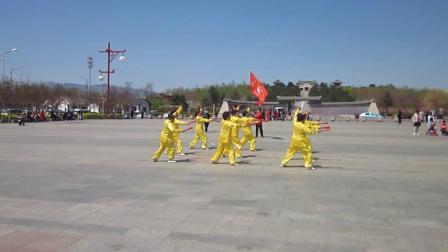 北镇市秧歌舞蹈协会梨花节汇演《北镇方圆广场秧歌舞蹈队》2制作-东明2021.4.25