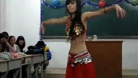 性感女教师在教室内跳肚皮舞