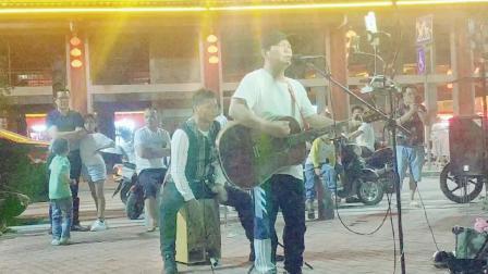 上林兴哥团队夜夜精彩在水街,周围群众被美好歌声吸引过来观看
