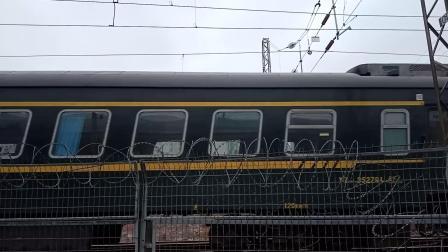 广铁长段的HXD3C型电力机车牵引K192次列车从广州北站附近通过