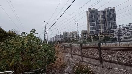 广铁长段的HXD3C型电力机车牵引临时列车从广州北站附近通过