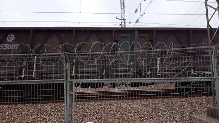 广铁株段的HXD1C型电力机车牵引货物列车从广州北站附近通过
