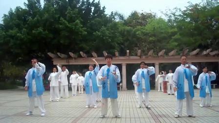 坪东社区夕阳红太极队练习《健身气功八段锦》