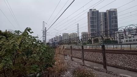 两列分别由广铁株段的HXD1C型电力机车牵引的货车在广州北站附近相遇