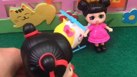 淘气的哪吒说要跟小粉妹妹做好朋友,结果拿来虫子玩具吓到小妹妹