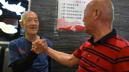 安宁走基层:87岁父亲和63岁大外甥掰手腕,厉害.mpg