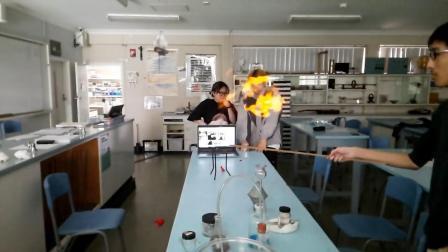 坎宁学院在线学习平台:在线和在线学生一起做氢气实验