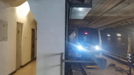 20210103 143607 西安地铁1号线开往沣河森林公园方向的列车进纺织城站