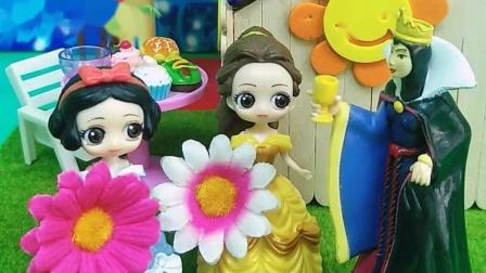 老师奖励贝尔白雪小红花,王后知道了很高兴,贝尔白雪想去游乐园