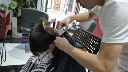陈罗思航剪头发