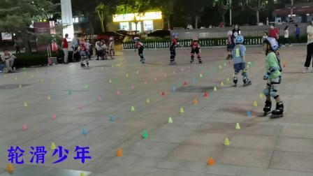 糖城广场的轮滑少年