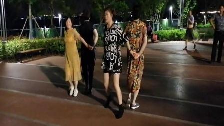 2021.06.22晚四美女黄田港公园跳第二套水兵舞.mpg