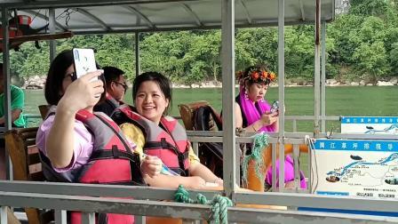 乘坐竹筏游漓江