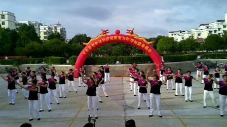 街心花园队展示:没有共产党就没有新中国