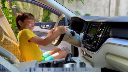 小萌娃也太大胆了,居然坐到了驾驶座上