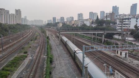 【2021.7】K8365次(亳州~上海)镇江站普速场1道通过(HXD3C+25G),K1328次(苏州~南昌)镇江站4道发车(DF11+25G)