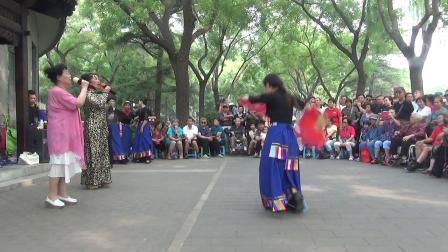 北京陶然亭公园,女生二重唱《洪湖水浪打浪》(倩)