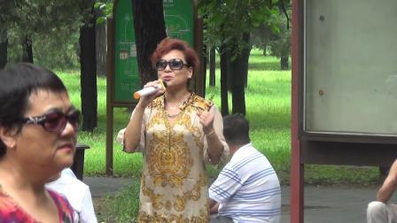 北京天坛公园,爱唱歌的女士演唱歌曲《你家在哪里》(倩)
