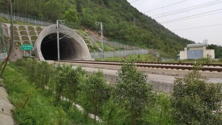 """20210427 143720 西成高铁G1976次列车高速出""""西成第一隧""""清凉山隧道"""