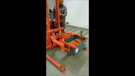 定制案例--用于倾斜钢铁箱的堆高车