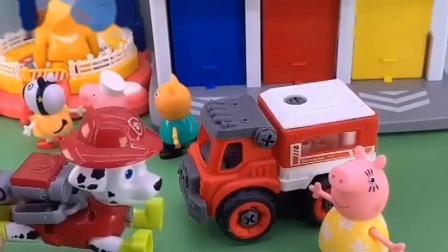 猪爸爸和狗狗去运沙子,佩奇和狗狗去修路,乔治开走了小砾的车