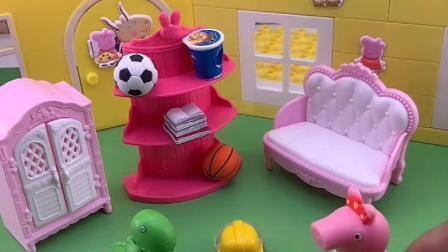 猪妈妈给佩奇洗衣服,让佩奇自己去看故事书,小猪佩奇帮妈妈干活