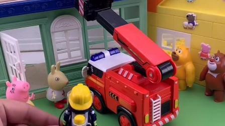猪妈妈给消防车打电话,乔治调皮在屋顶下不来,消防车赶来救援