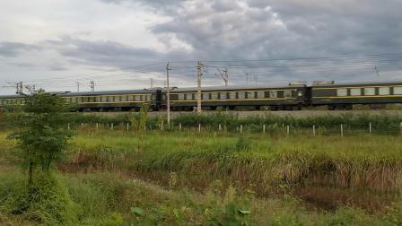20210827 185650 阳安铁路客车K261次列车通过,交汇HXD2货列