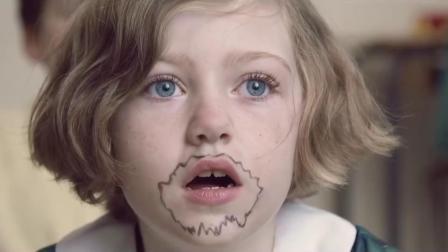 女孩第一天上学戴着兔子面具,被淘气同学摘下后,出现了温馨一幕